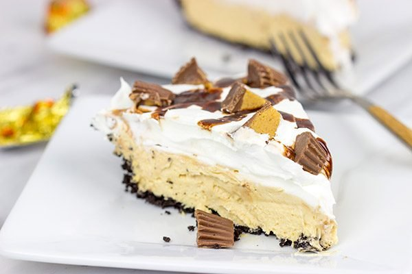 No-bake your way to deliciousness with this No-Bake Peanut Butter Pie!