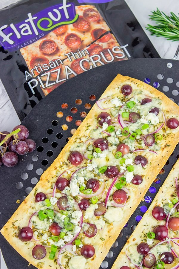 Featuring a sweet + savory combo of red grapes and blue cheese, these Blue Cheese and Roasted Grape Flatbread Pizzas make for an easy gourmet dinner!