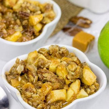This Caramel Apple Crisp tastes like Autumn in a bowl!