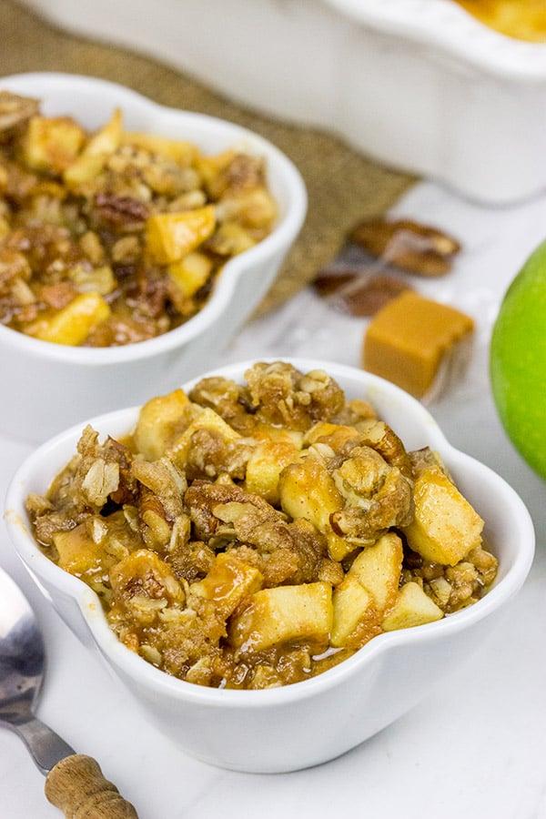 This Caramel Apple Crisp tastes like Autumn in a bowl!