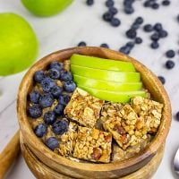 Chilly Autumn mornings call for a comforting bowl of Apple Pie Oatmeal!