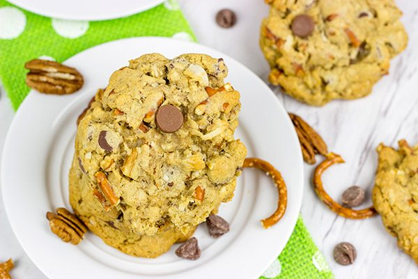If a good chocolate chip cookie is a thing of beauty, then these Kitchen Sink Chocolate Chip Cookies are gorgeous!