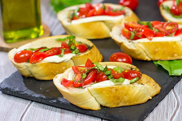 Fire up the grill! These Grilled Caprese Crostini are a fun (and easy) summer appetizer!