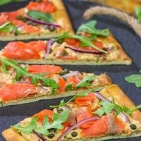 From the smoked salmon to the chipotle cream cheese, this Smoked Salmon Flatbread packs a serious punch in the flavor department! Serve it for brunch, lunch or even a light dinner.
