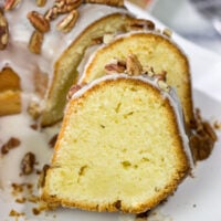 This Maple Pecan Pound Cake features a maple-flavored cake topped with lightly toasted pecans. A slice of this cake is perfect for a chilly Autumn evening!